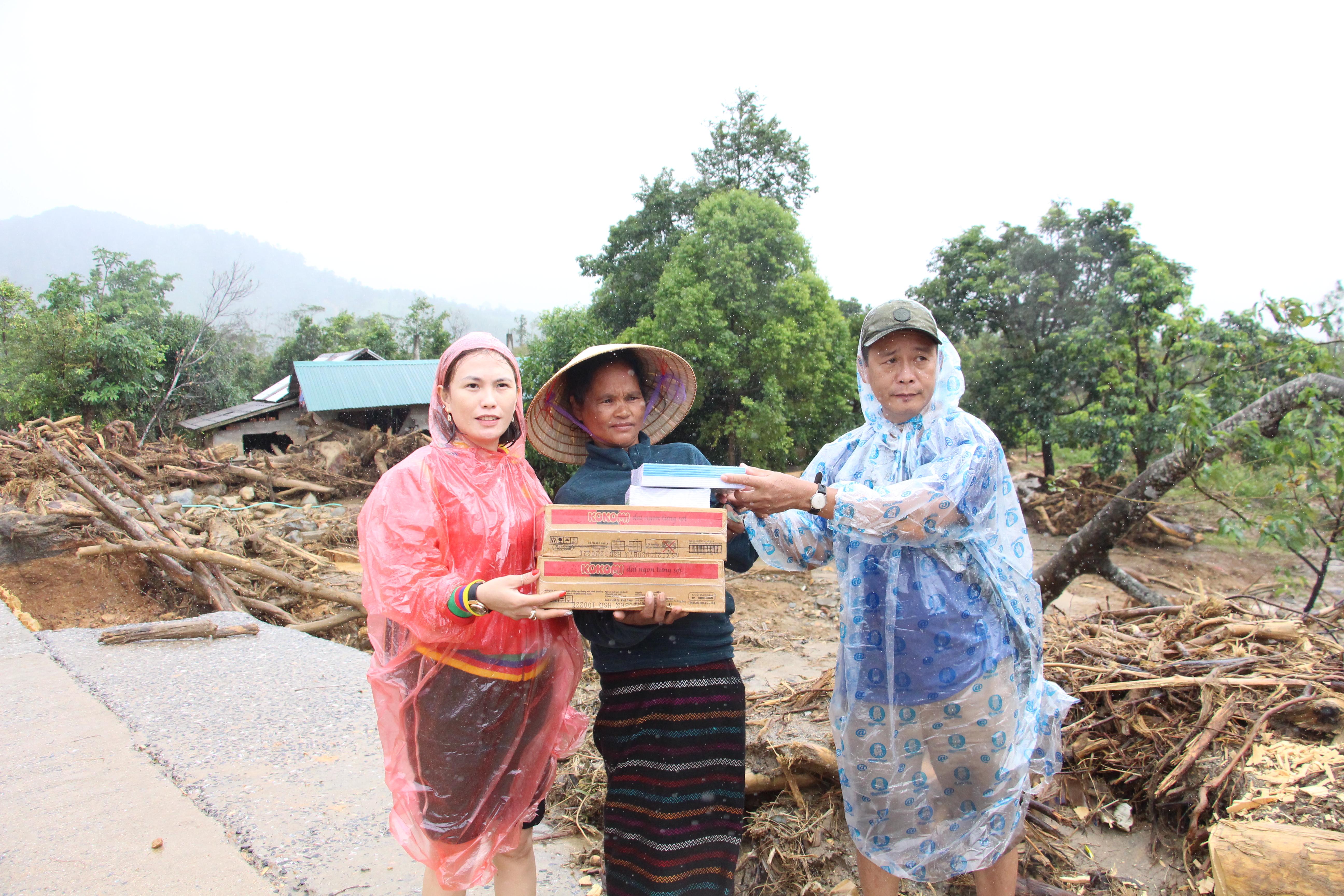 Đoàn từ thiện tặng quà cho người dân xã Hướng Sơn