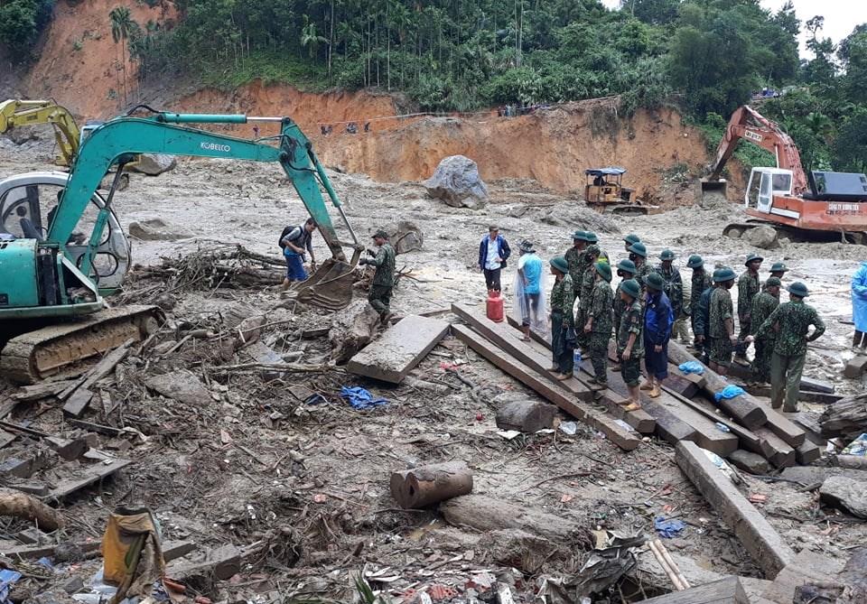 Lực lượng chức năng tìm thấy nhiều đồ dùng sinh hoạt của bà con dưới đống bùn đất