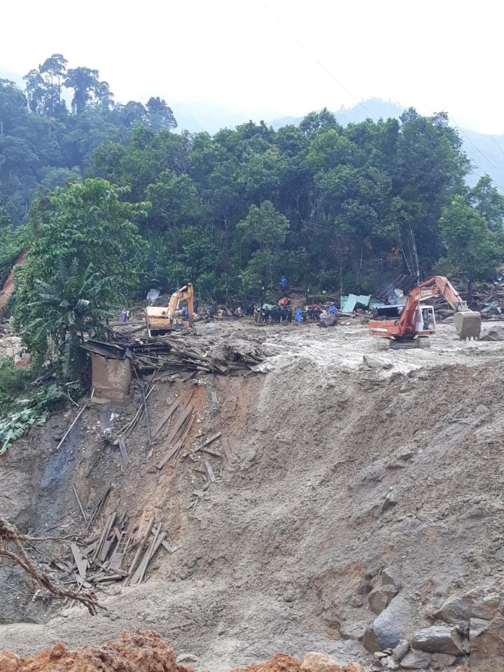 Nhiều phiến gỗ đã được gạt xuống mép suối để tìm kiếm cứu nạn