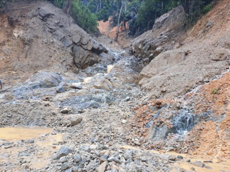 Khu vực sạt lở cuốn đất đá từ trên đối xuống thôn 1 xã Trà Leng
