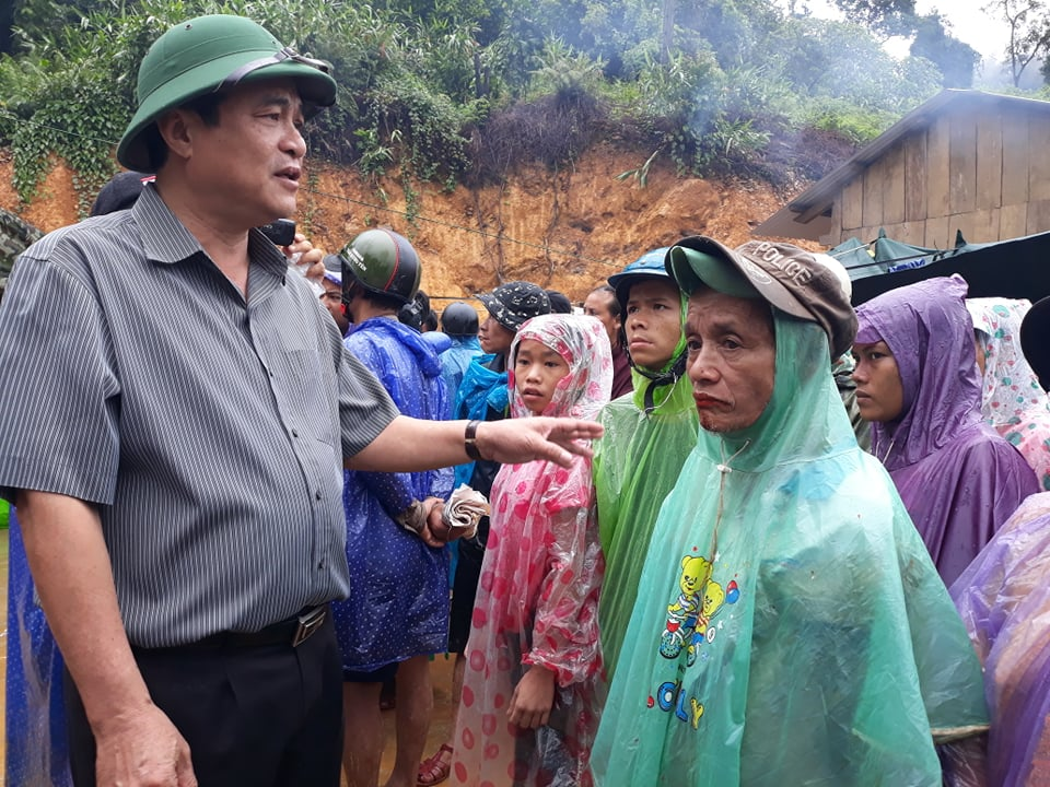 Bí thư Tnh uỷ Quảng Nam Phan Việt Cường động viên, chia sẻ người dân vùng Trà Leng