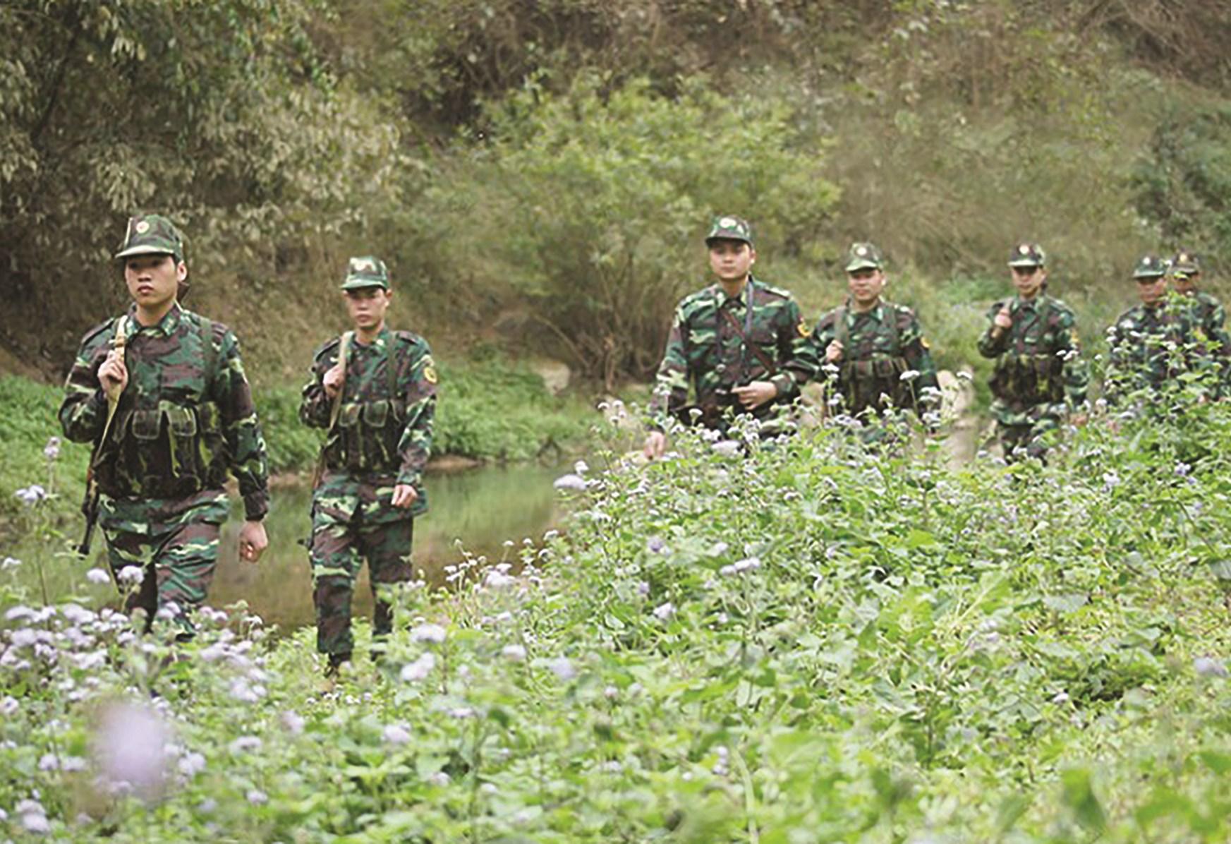 Cán bộ, chiến sĩ Đồn Biên phòng Bình Nghi (BĐBP Lạng Sơn) tuần tra bảo vệ biên giới. Ảnh: Nguyễn Minh