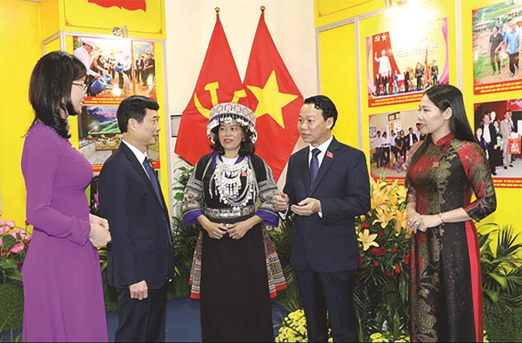 Các đại biểu trao đổi bên lề Đại hội Đảng bộ tỉnh Yên Bái. (Ảnh tư liệu)