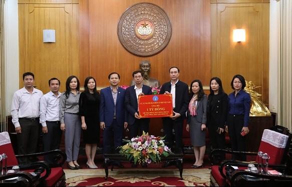 Phó Tổng Giám đốc BHXH Việt Nam Đào Việt Ánh trao số tiền hỗ trợ đồng bào miền Trung bị bão lũ của Ngành BHXH đến Trung ương Mặt trận Tổ quốc Việt Nam