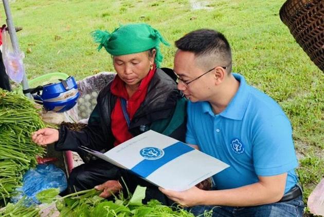 Ngành BHXH Việt Nam bảo đảm 100% người nghèo, DTTS… được cấp thẻ BHYT. Ảnh: Internet