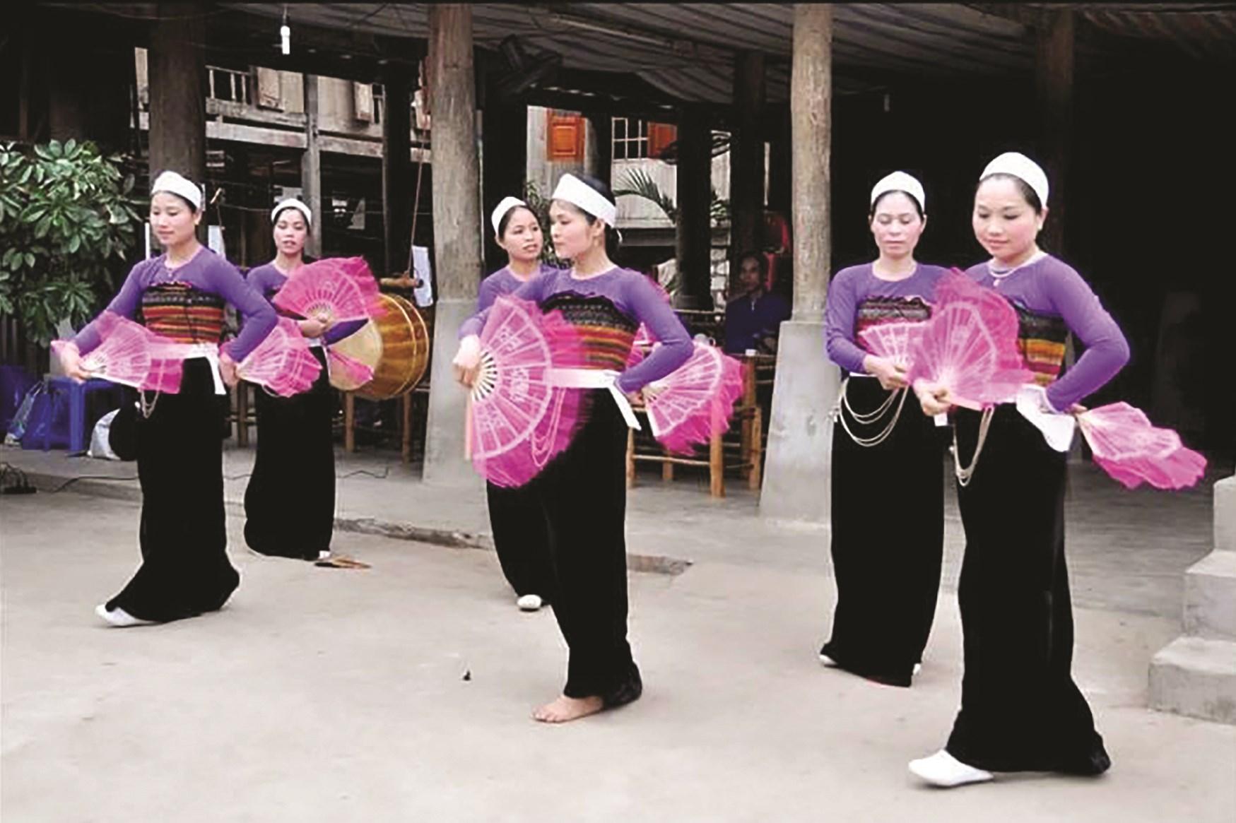 Đội văn nghệ Mai Châu biểu diễn phục vụ du khách.