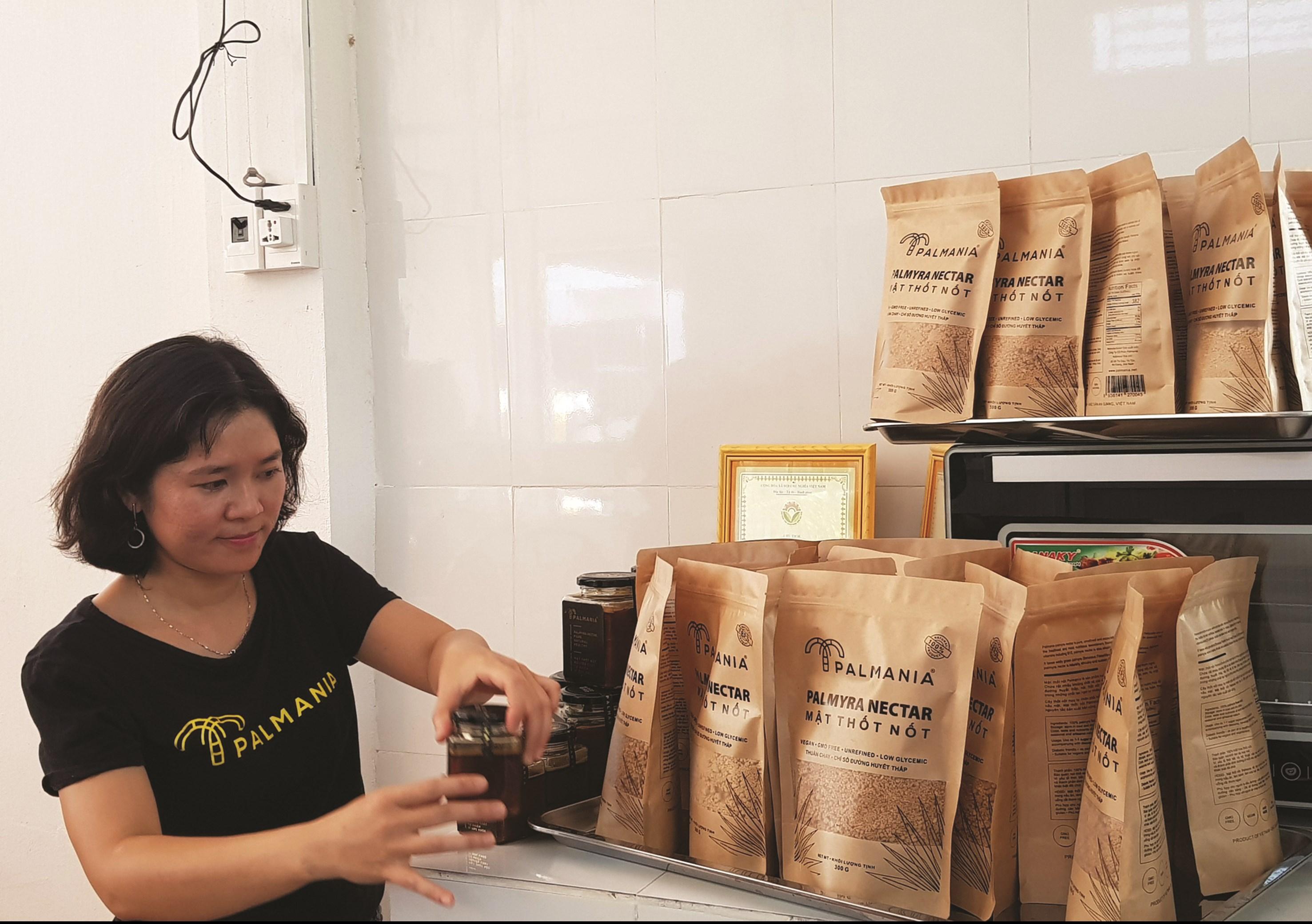Chị Chau Ngọc Dịu bên sản phẩm đường thốt nốt đạt tiêu chuẩn 4 sao