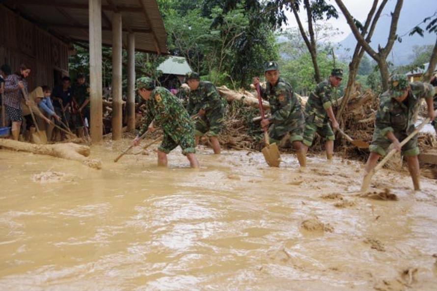 Lực lượng Biên phòng giúp người dân khắc phục hậu quả mưa lũ - Ảnh:TCPCTT
