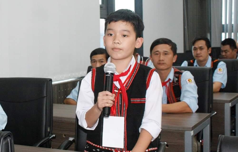 Em Phan Tuấn Kiệt , Lơp 4C1 Trường tiểu học Sơn Thủy, huyện A Lưới phát biểu tại buổi gặp mặt