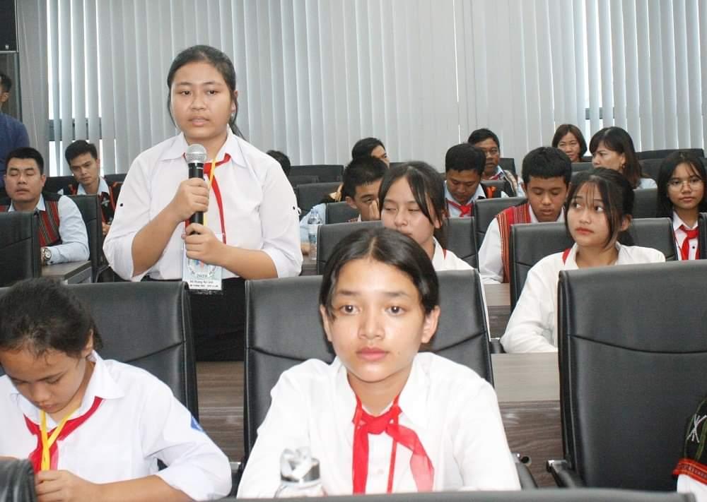 Em Hồ Hoàng Hà Linh, lớp 9A1, Trường THCS Dân tộc nội trú A Lưới phát biểu tại buổi gặp mặt