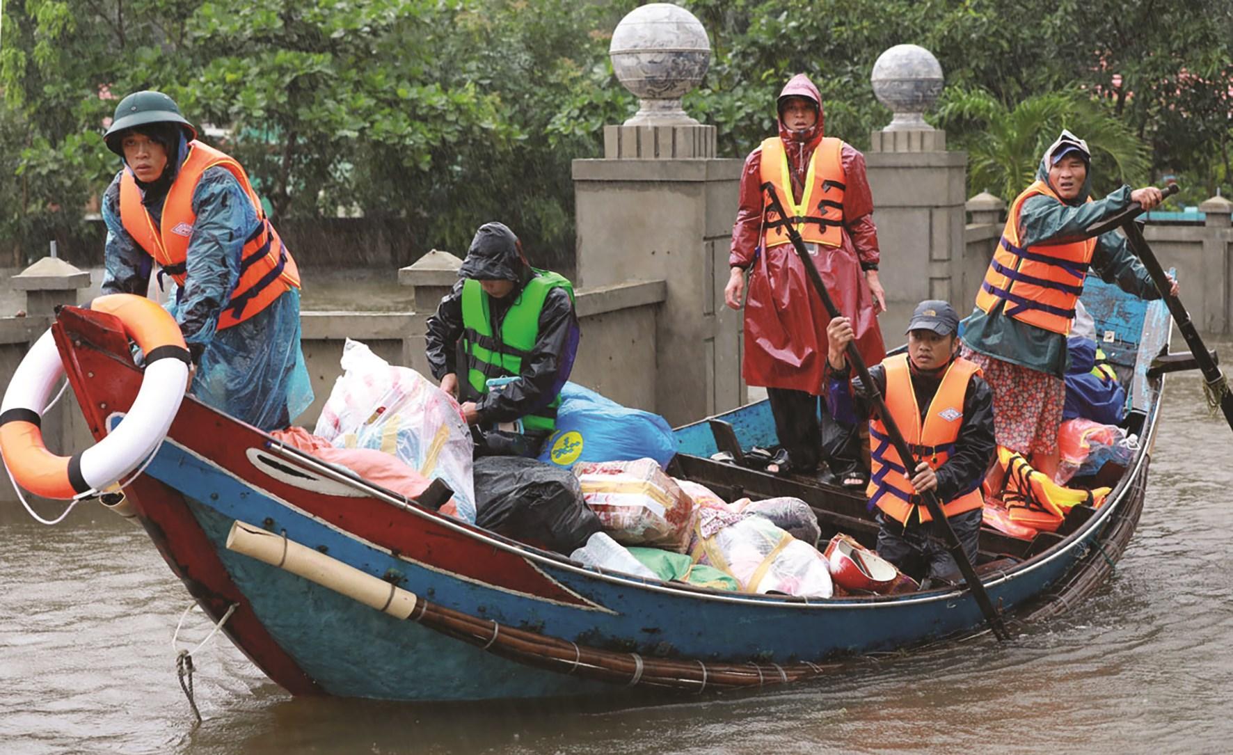 Ngư dân vùng biển dùng thuyền đánh cá cứu hộ - cứu nạn - cứu trợ. (Nguồn ảnh VnExpress)