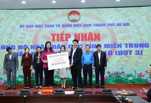 Ông Trịnh Quang Minh, Chủ tịch Công đoàn Tổng công ty trao 300 triệu đồng cho Ủy ban MTTQ thành phố Hà Nội ủng hộ Quỹ vì người nghèo