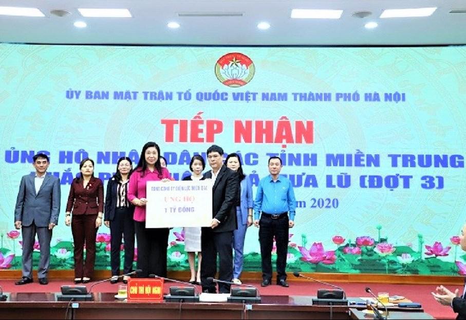 Ông Hồ Mạnh Tuấn, thành viên Hội đồng thành viên trao 1 tỷ đồng ủng hộ cho Nhân dân các tỉnh miền Trung