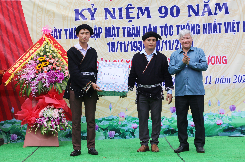 Bộ trưởng, Chủ nhiệm UBDT Đỗ Văn Chiến tặng quà cho cán bộ và Nhân dân xóm Ngù