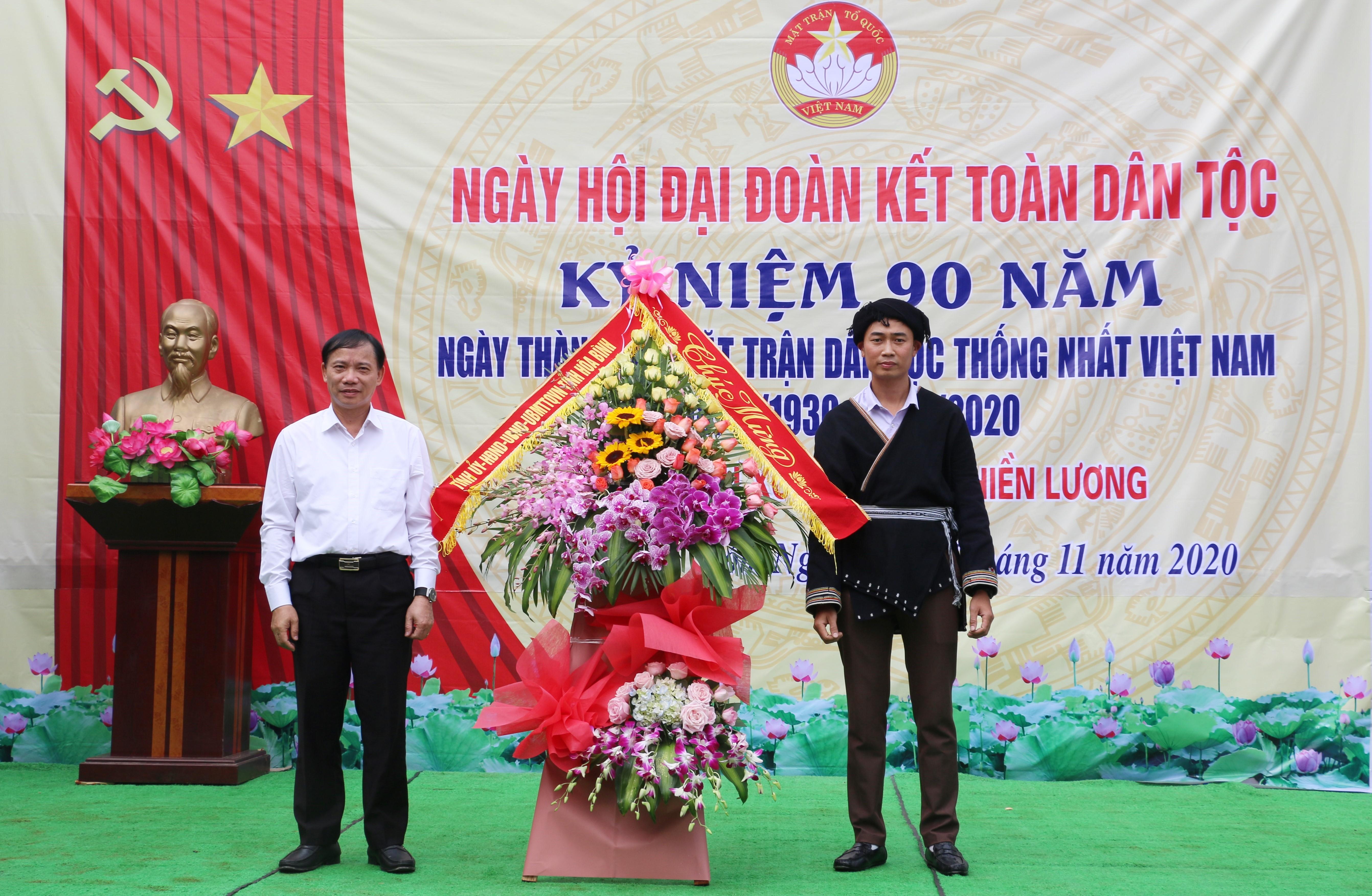 Phó Bí thư Tỉnh ủy, Chủ tịch UBND Hòa Bình Bùi Văn Khánh tặng hoa chúc mừng Ngày hội