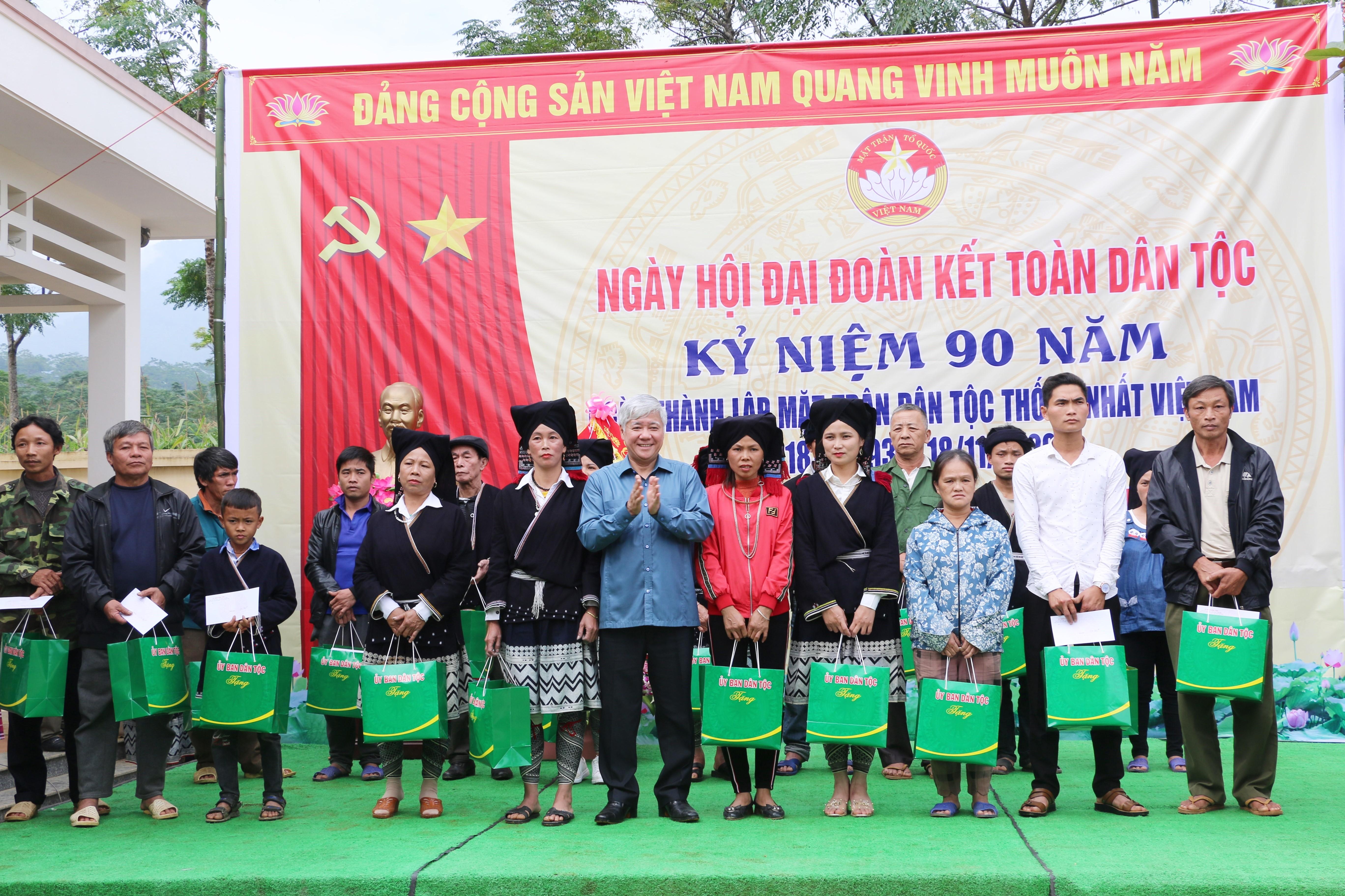 Bộ trưởng, Chủ nhiệm UBDT Đỗ Văn Chiến tặng quà cho các hộ gia đình dân tộc thiểu số ở xóm Ngù