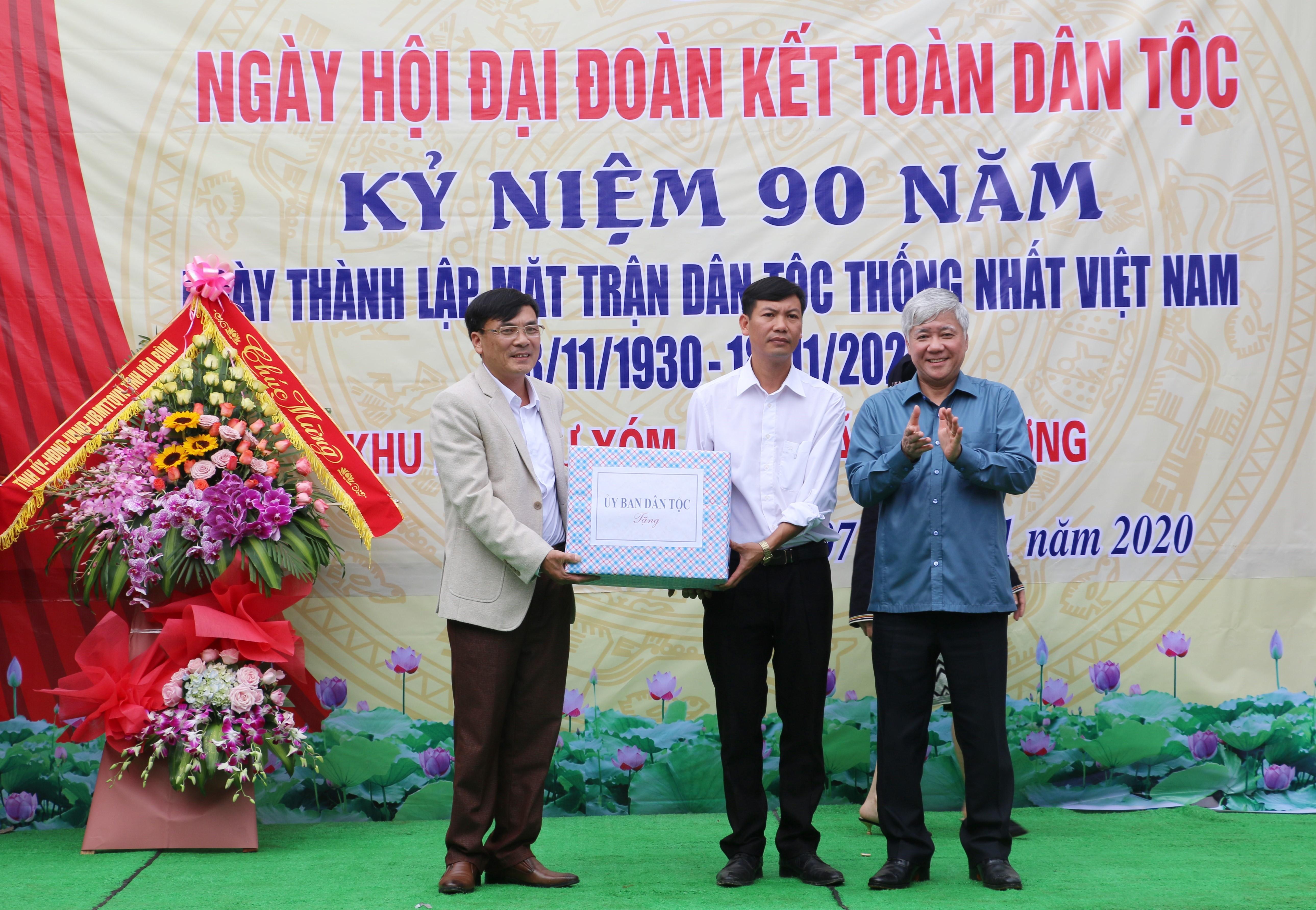 Bộ trưởng, Chủ nhiệm UBDT Đỗ Văn Chiến tặng quà cho UBND xã Hiền Lương