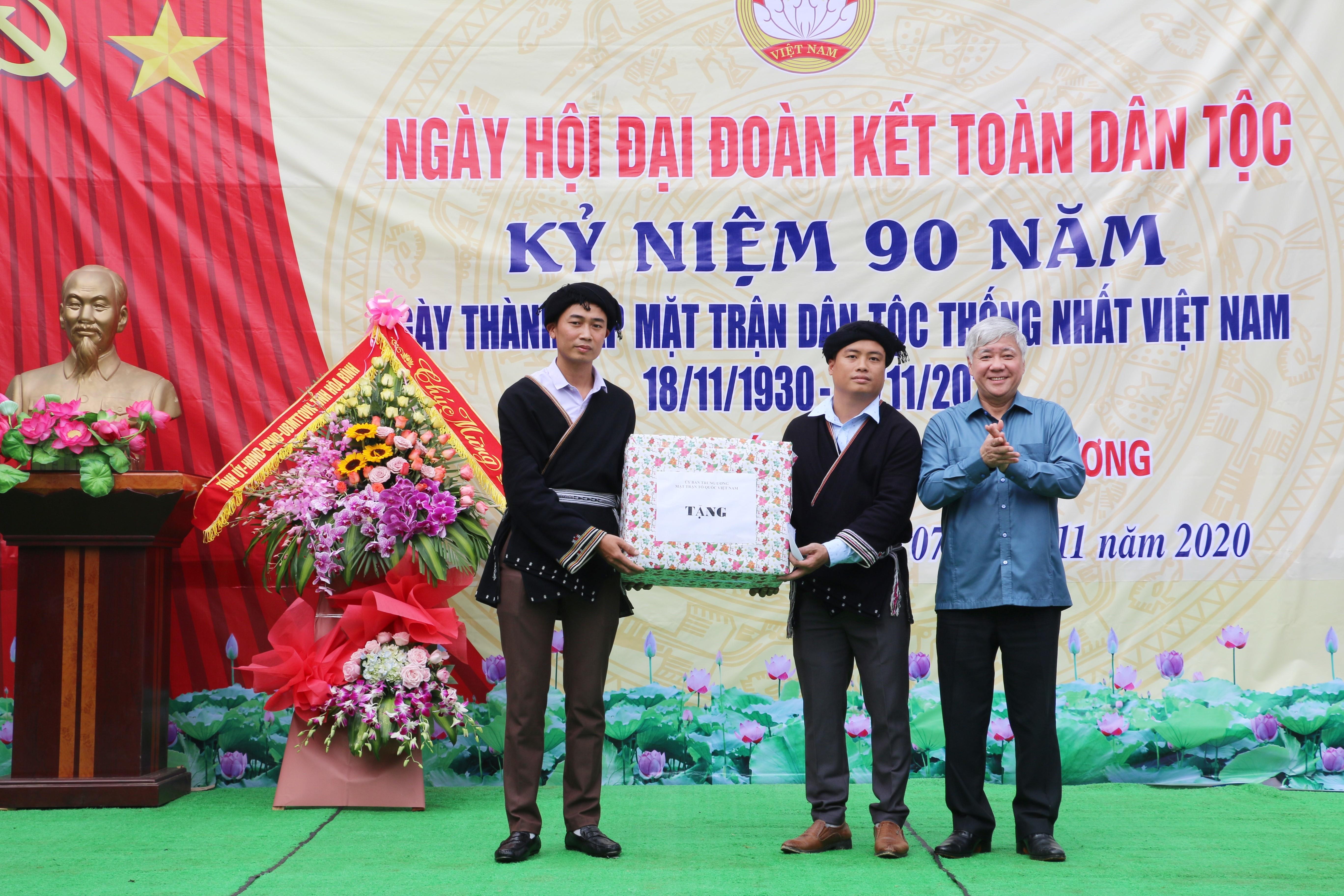 Thừa ủy quyền UB T.Ư MTTQ Việt Nam, đồng chí Bộ trưởng, Chủ nhiệm UB Dân tộc tặng quà cho xóm Ngù