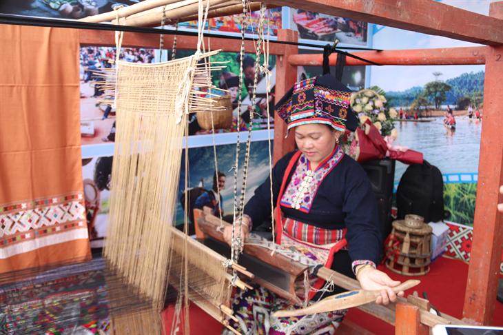 Nghệ nhân người dân tộc Lào dệt thổ cẩm trong khuôn khổ chương trình Lễ hội hoa ban ở Điện Biên. Ảnh: Thanh Thuận