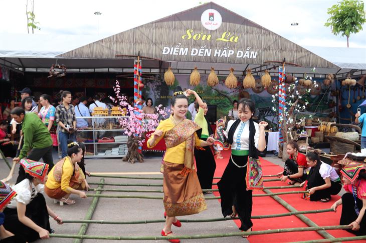 Các cô gái dân tộc Thái và dân tộc Lào nhảy sạp tại Ngày hội Văn hóa, Thể thao và Du lịch các dân tộc vùng Tây Bắc tổ chức tại tỉnh Sơn La. Ảnh: Thanh Thuận