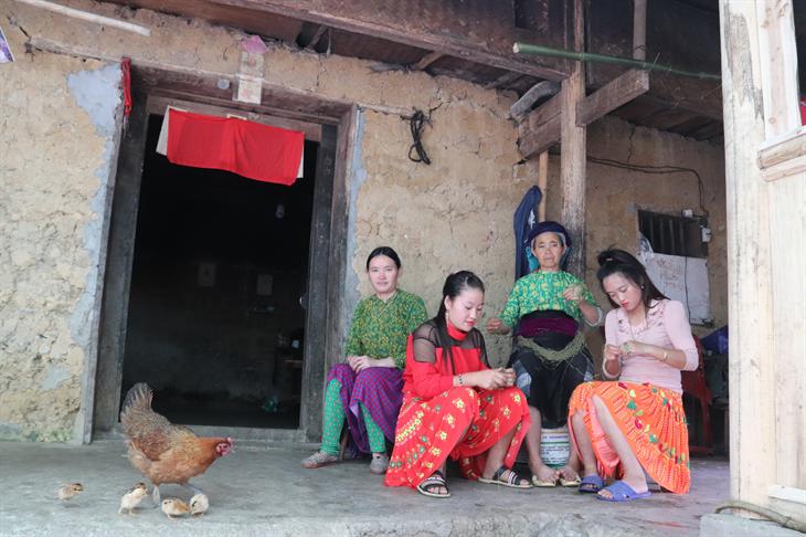 Những người phụ nữ dân tộc Mông (xã Lũng Cú, huyện Đồng Văn, tỉnh Hà Giang) ngồi se lanh – một trong những công đoạn để làm ra vải thổ cẩm. Ảnh: Thanh Thuận