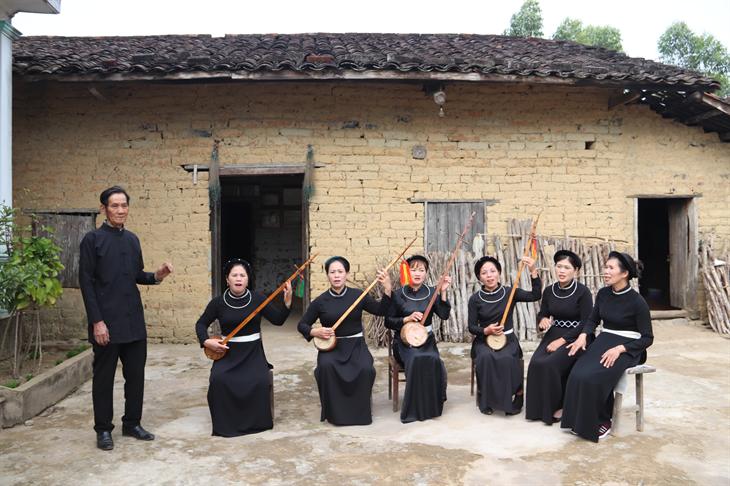 Các thành viên của Câu lạc bộ hát then của người Tày xã Hoành Mô, huyện Bình Liêu, tỉnh Quảng Ninh tập luyện những tiết mục then chuẩn bị cho Lễ hội hoa sở. Ảnh: Thanh Thuận