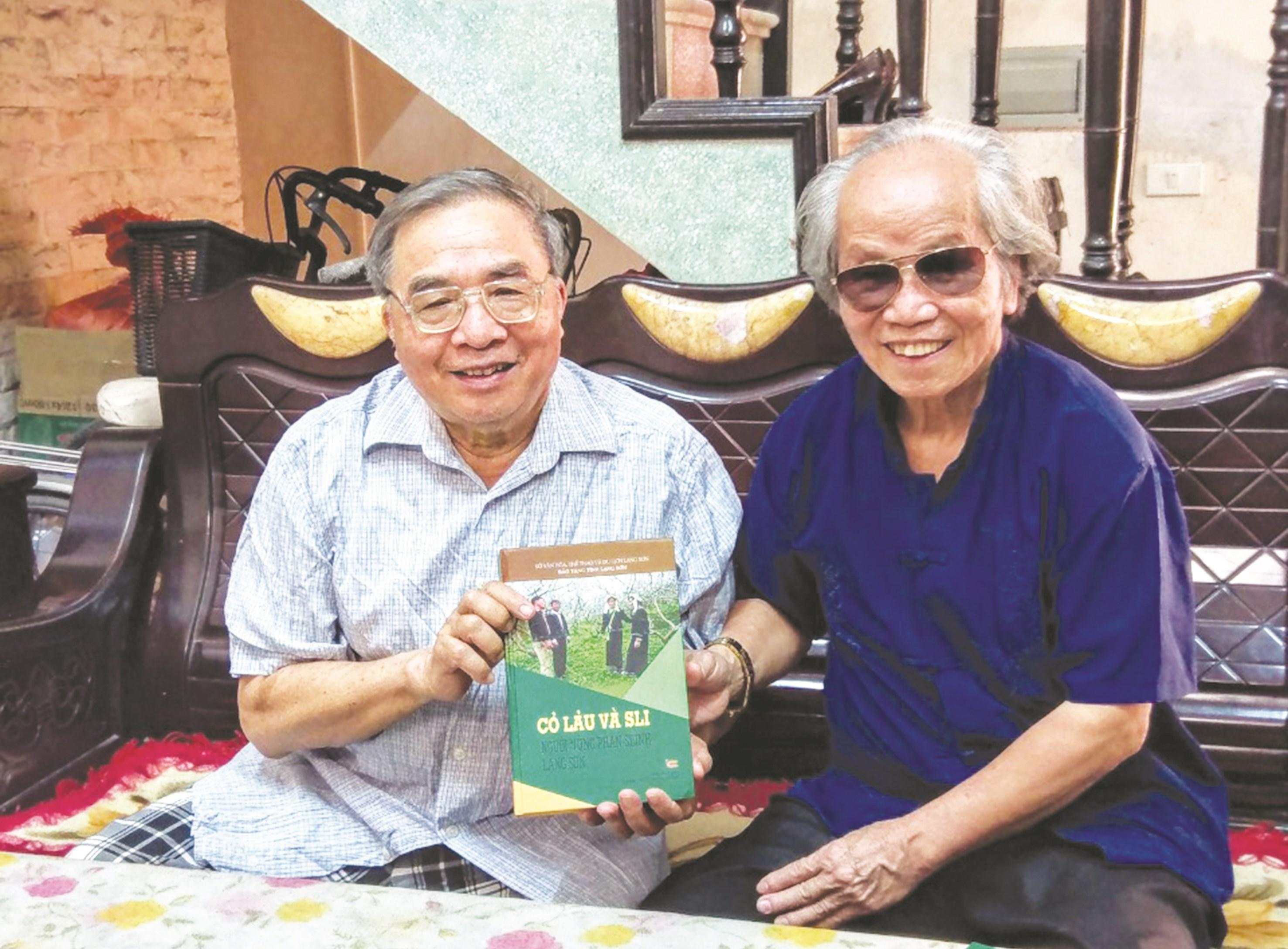 PGS.TS Vương Toàn (bên trái) cùng nhà nghiên cứu Hoàng Tuấn Cư