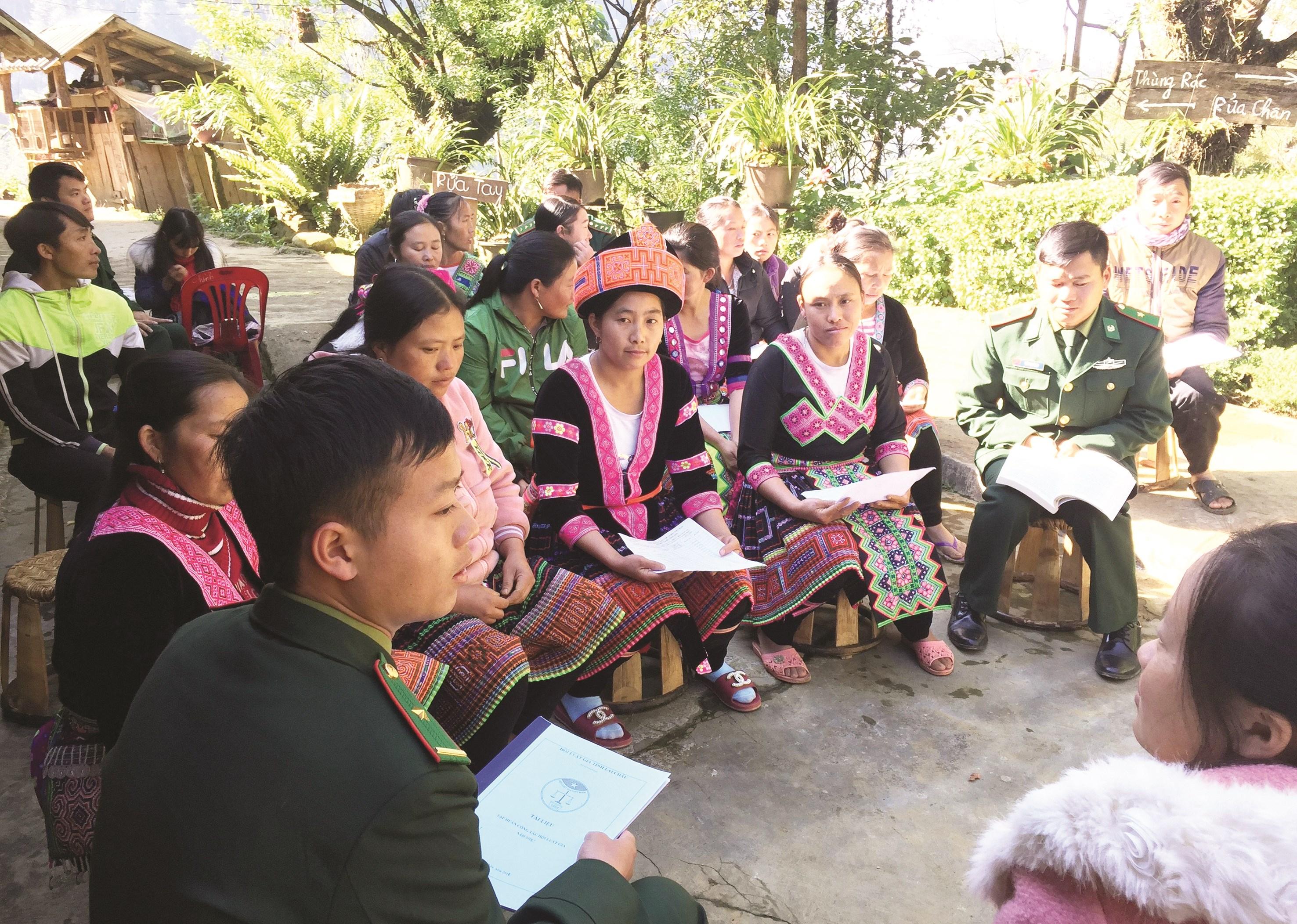Các chiến sĩ ĐBP Sin Suối Hồ đang tuyên truyền phòng, chống ma túy cho người dân