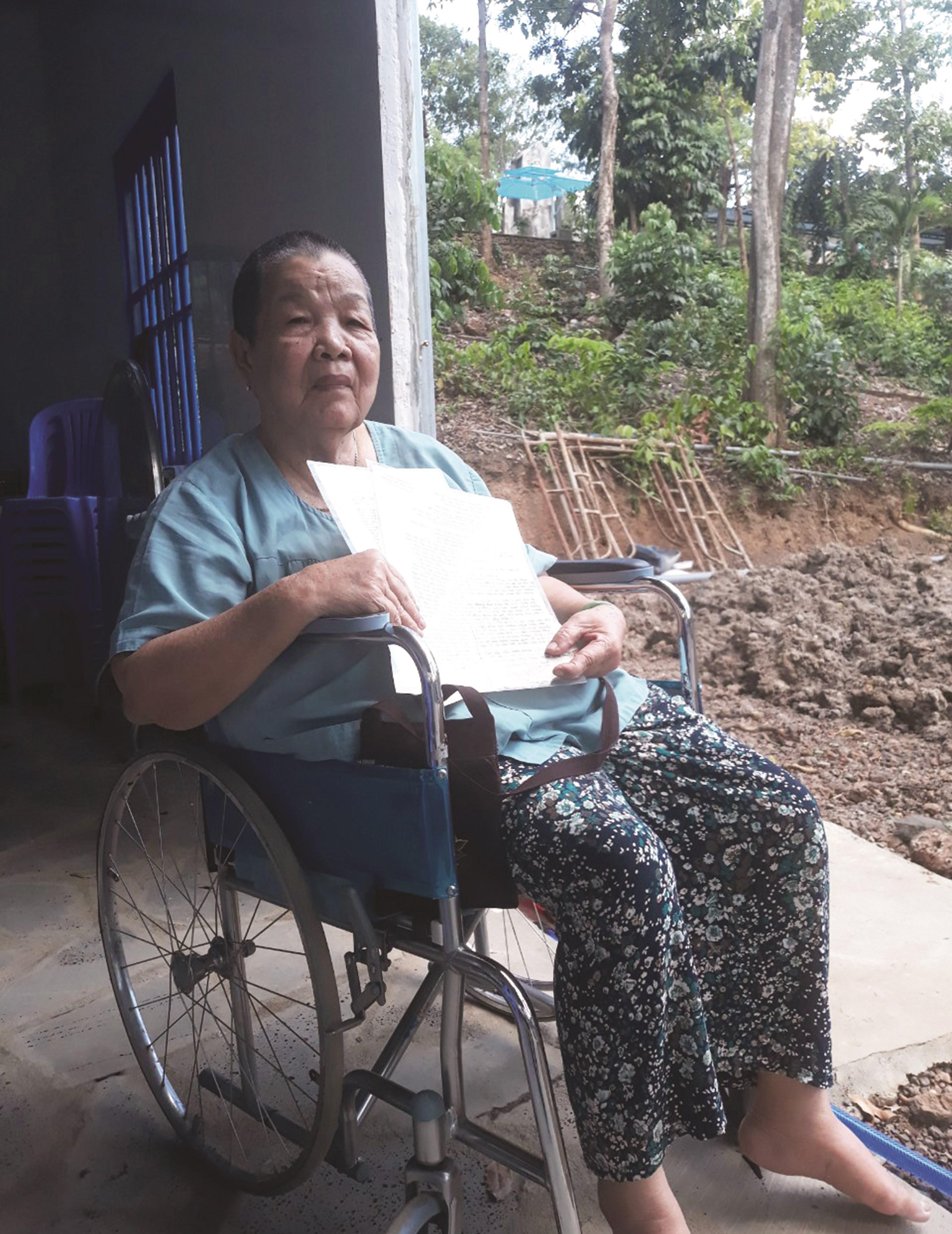 Bà Huỳnh Thị Mai nhiều năm ngồi xe lăn đi đòi đất