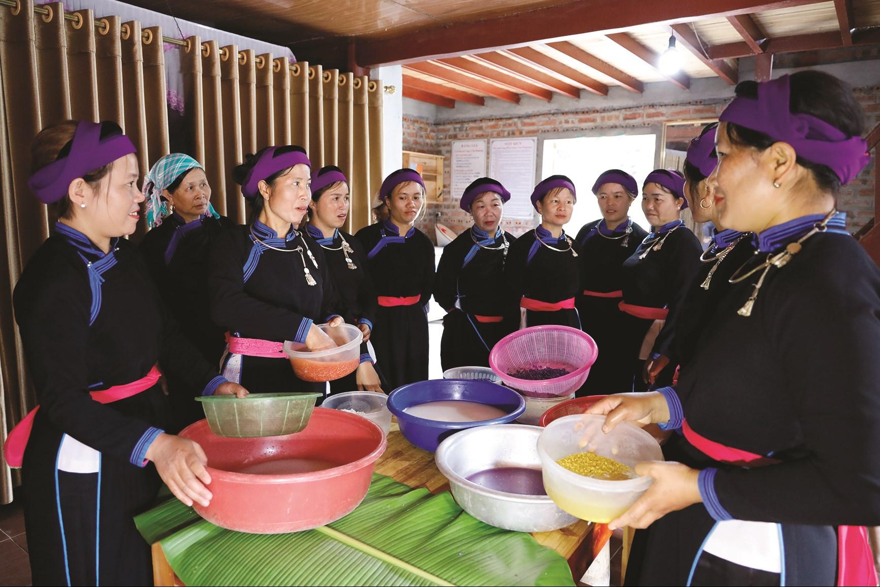Phụ nữ dân tộc Tày ở Na Lo trong một buổi học làm món xôi bảy màu