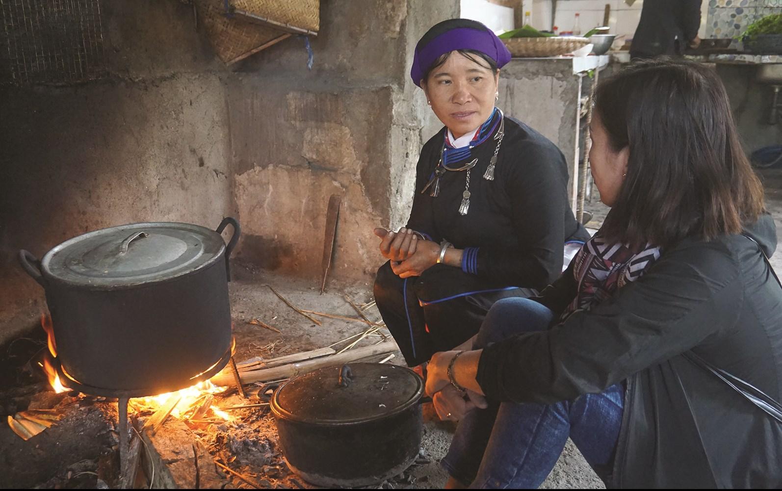 Khách du lịch rất thích tìm hiểu những nét văn hóa đặc sắc của đồng bào các DTTS ở vùng cao Lào Cai