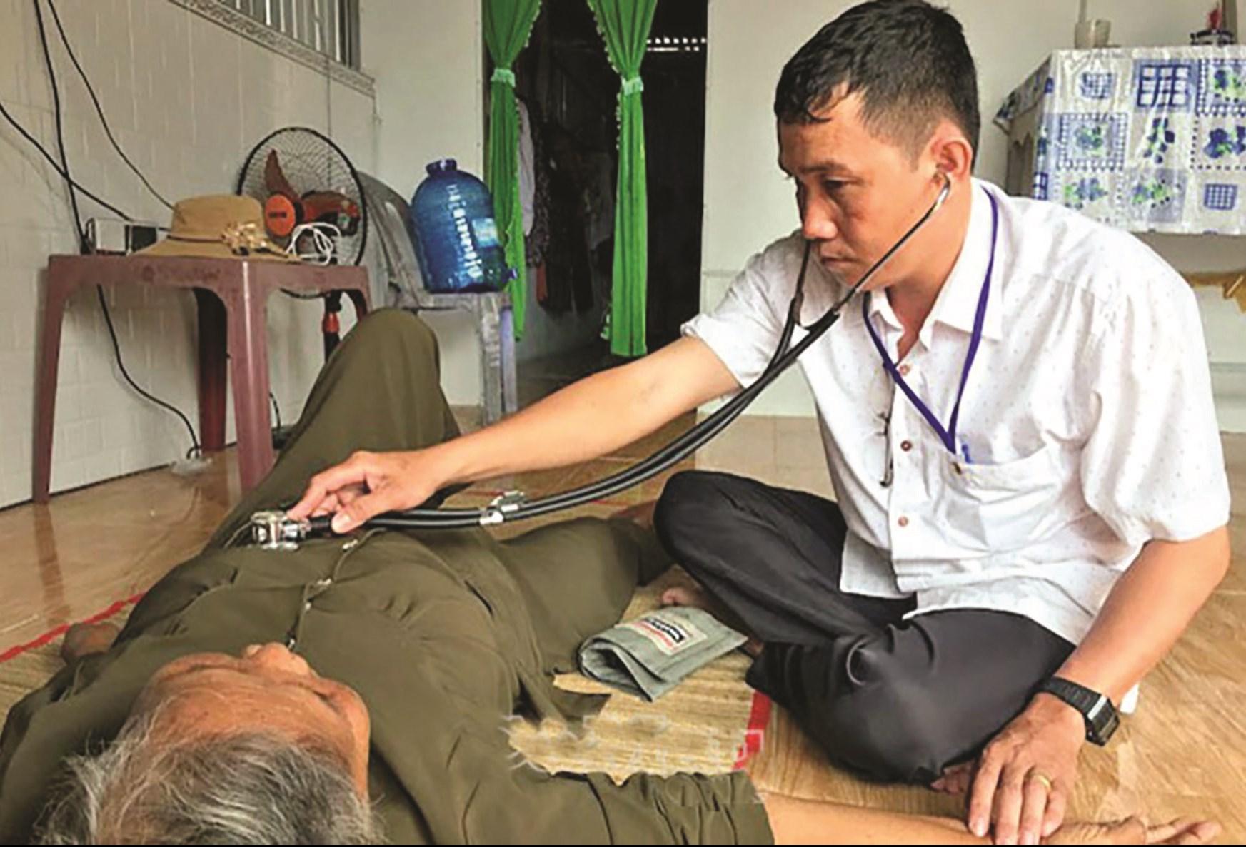 Nhân viên y tế xã Hàng Vịnh đến nhà khám bệnh cho gia đình chính sách, hộ nghèo