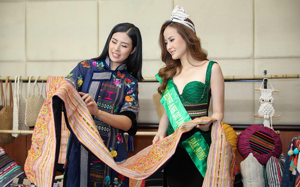 Hoa hậu Ngọc Hân và Hoa khôi Du lịch Khánh Ngân tìm hiểu sản phẩm thổ cẩm.