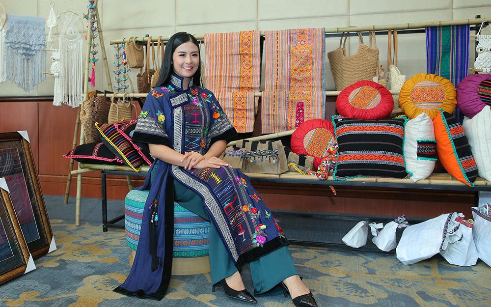 Hoa hậu Ngọc Hân giới thiệu thổ cẩm Đắk Nông.