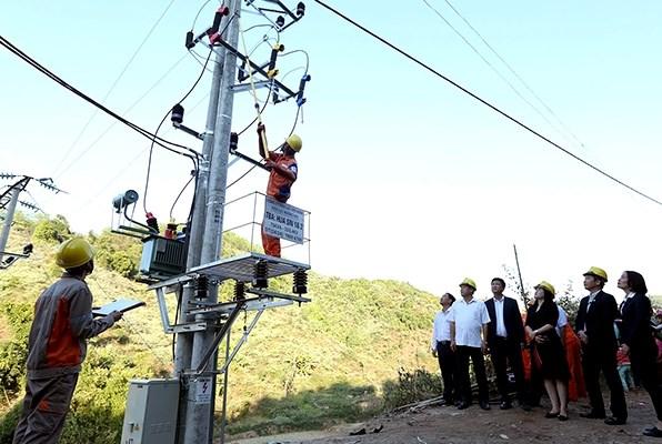 Công nhân Công ty Ðiện lực Ðiện Biên đóng điện Trạm biến áp Hua Sin 1, Hua Sin 2 tại xã Chung Chải (huyện Mường Nhé)