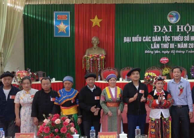 Bí thư Chi bộ thôn Ca Há, Sáng Thị Phỏng (thứ tư bên trái) chụp ảnh lưu niệm với các đại biểu tại Đại hội Đại biểu các DTTS tỉnh Hà Giang năm 2019.
