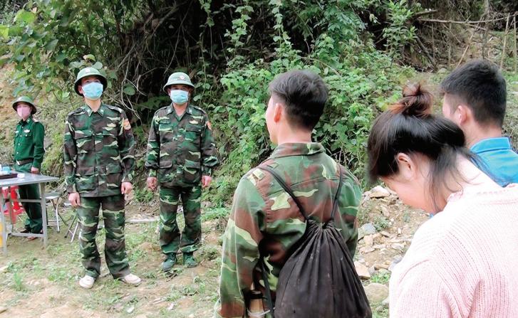 Cán bộ, chiến sĩ ĐBP Pù Nhi, huyện Mường Lát tuyên truyền, vận động người dân không di cư tự phát.
