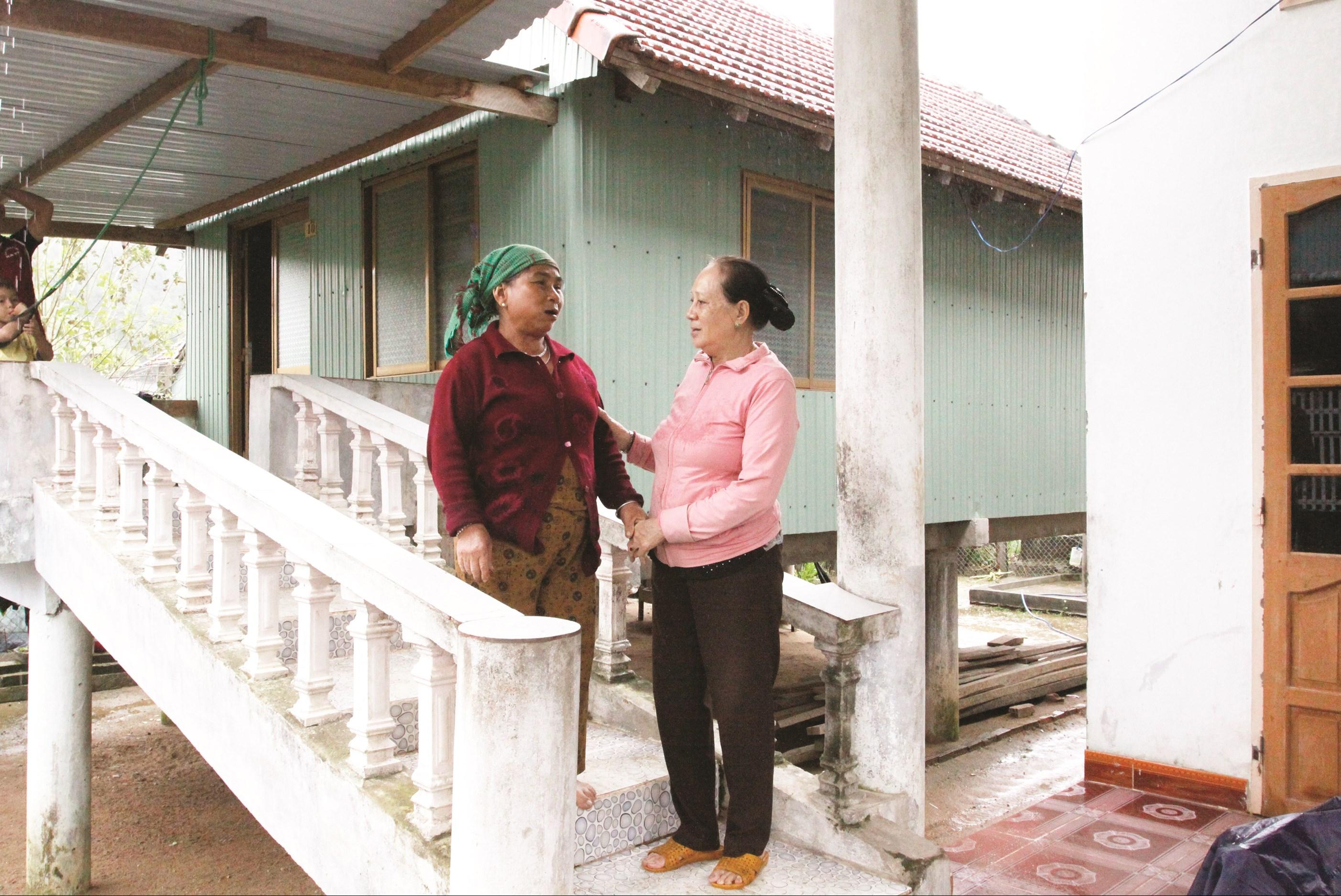 Bà Đỗ Thị Bích Phượng, Chủ tịch NNCĐDC huyện Vân Canh (bên phải) thường xuyên đến nhà các nạn nhân để động viên họ cố gắng vượt qua bệnh tật