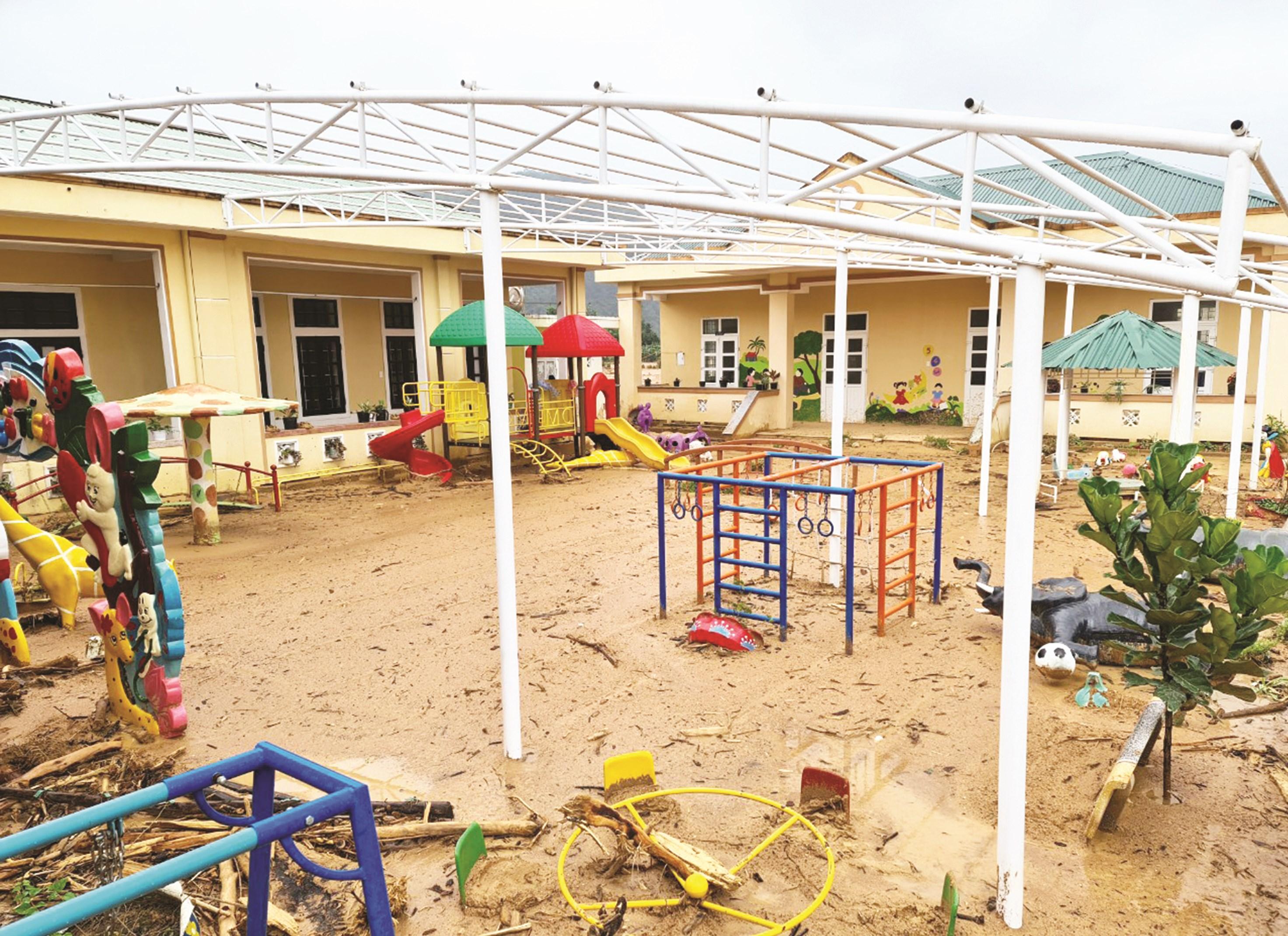 Sân chơi của học sinh Trường Mầm non Hướng Việt chìm trong bùn lầy và rác do lũ cuốn