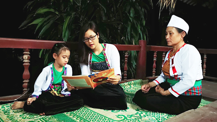 Cô giáo Hà Ánh Phượng (ở giữa) đang giúp học sinh người dân tộc thiểu số học ngoại ngữ.