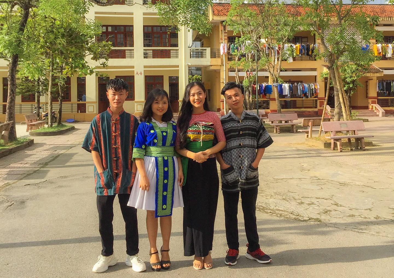 Hoàng Thị Lìn (đứng thứ 2 từ bên trái) tại Trường THPT Dân tộc nội trú tỉnh Thanh Hóa