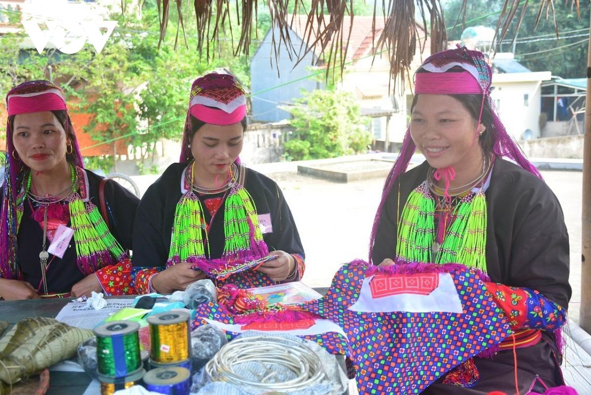 Những sản phẩm tự thêu của người Dao Thanh Y vô cùng tỉ mỉ và đặc sắc.