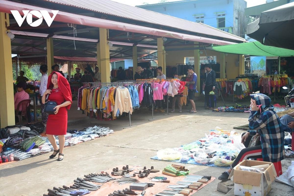 Chợ bày bán là các mặt hàng nông sản rau củ quả, mật ong rừng, rượu men lá, dụng cụ đi rừng như dao, rựa...