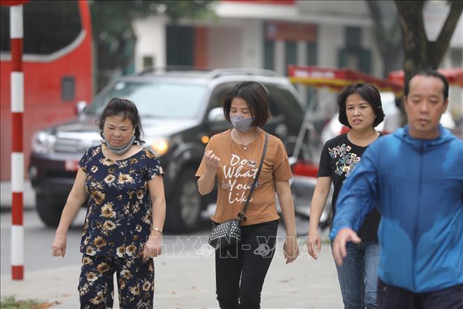 Nhiều nơi người dân còn lơ là không đeo khẩu trang nơi công cộng. Ảnh: TTXVN
