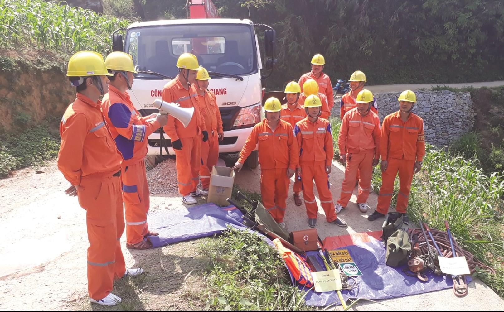 Cán bộ, công nhân viên Điện lực Quản Bạ chuẩn bị công tác diễn tập an toàn, xử lý sự cố trong PCTT&TKCN