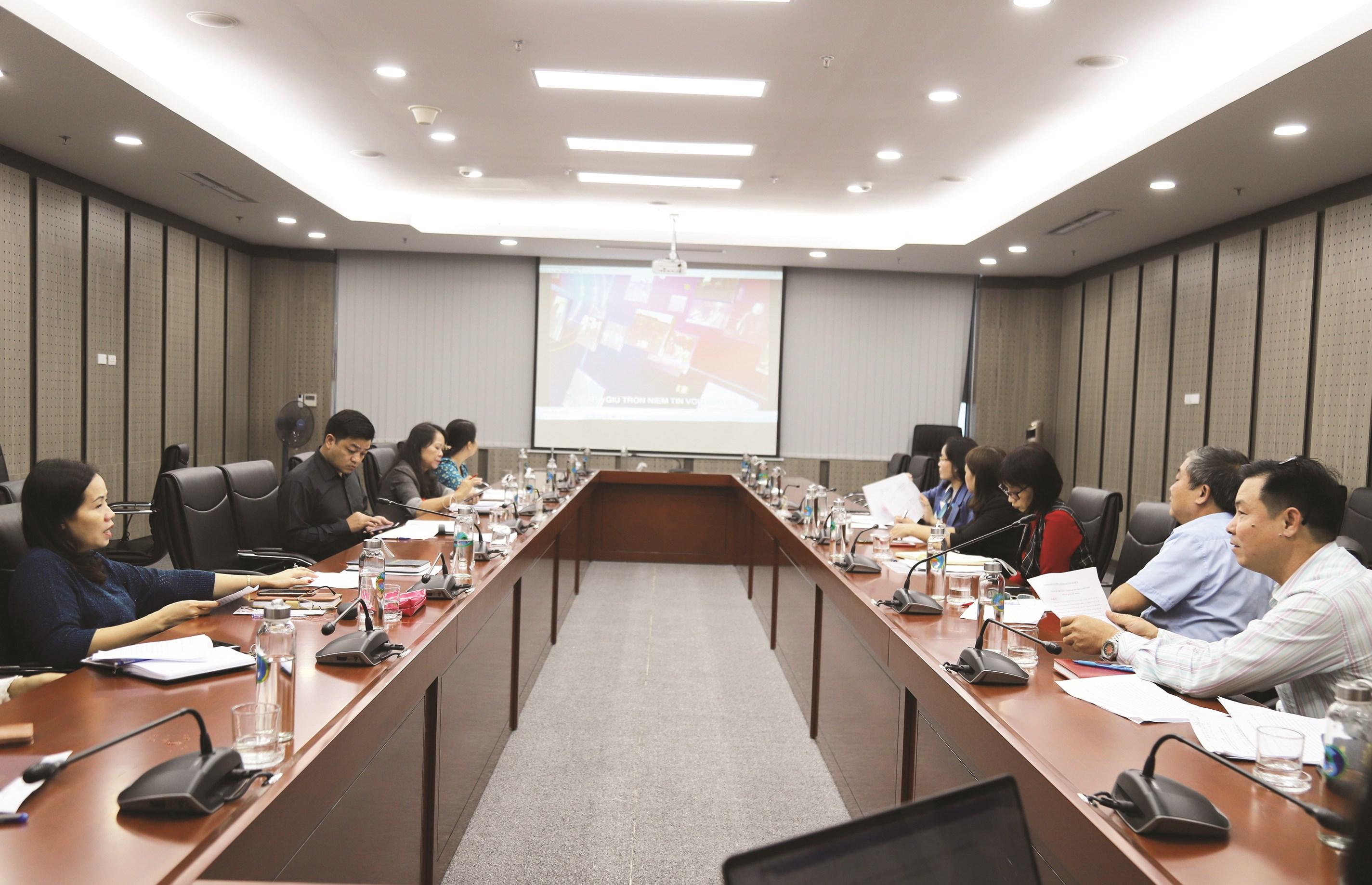 Các đại biểu thảo luận, góp ý cho các tập phim phóng sự phục vụ Đại hội