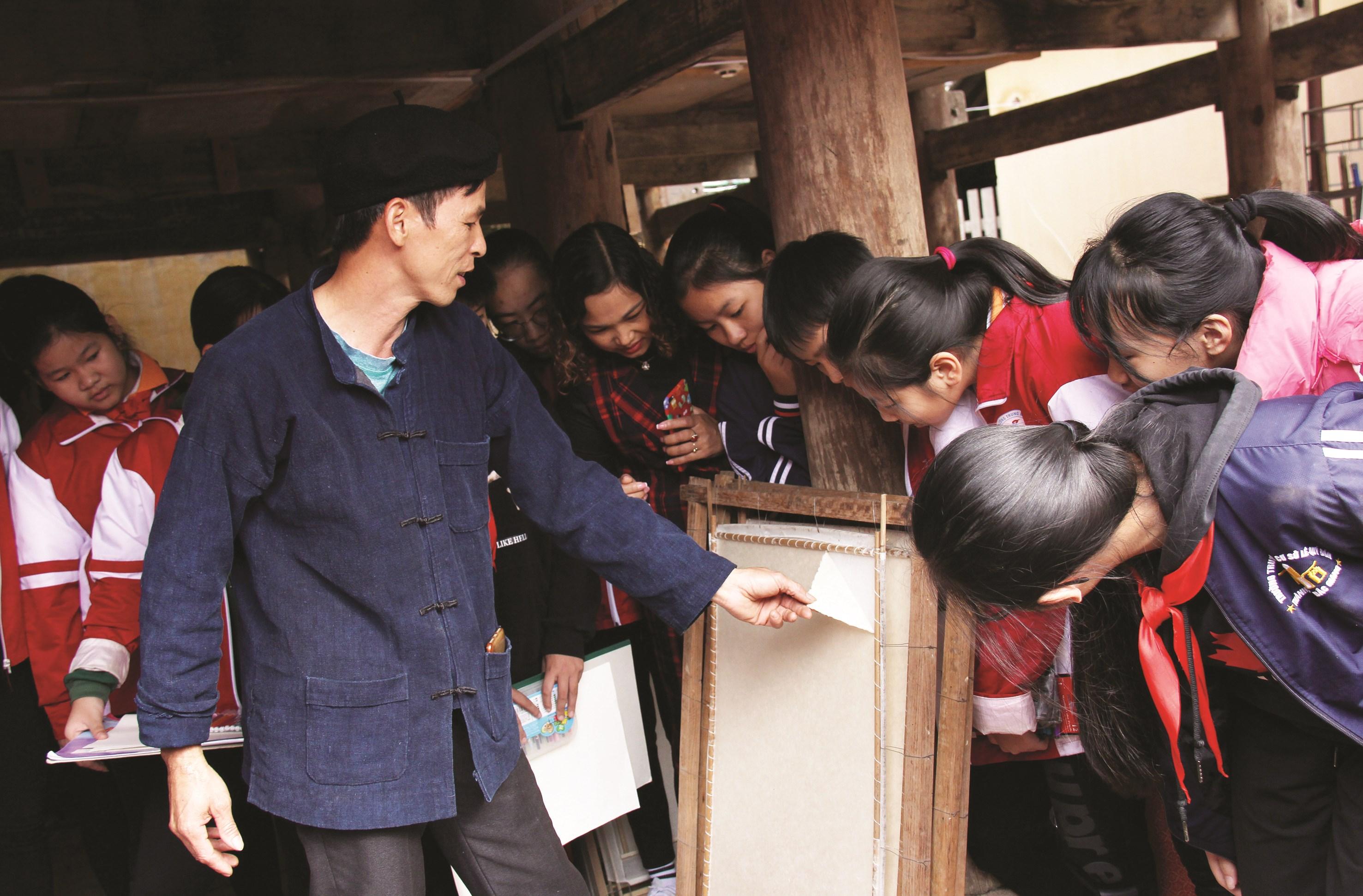 Anh Dương Văn Quang giới thiệu cho học sinh về các công đoạn làm giấy dó.