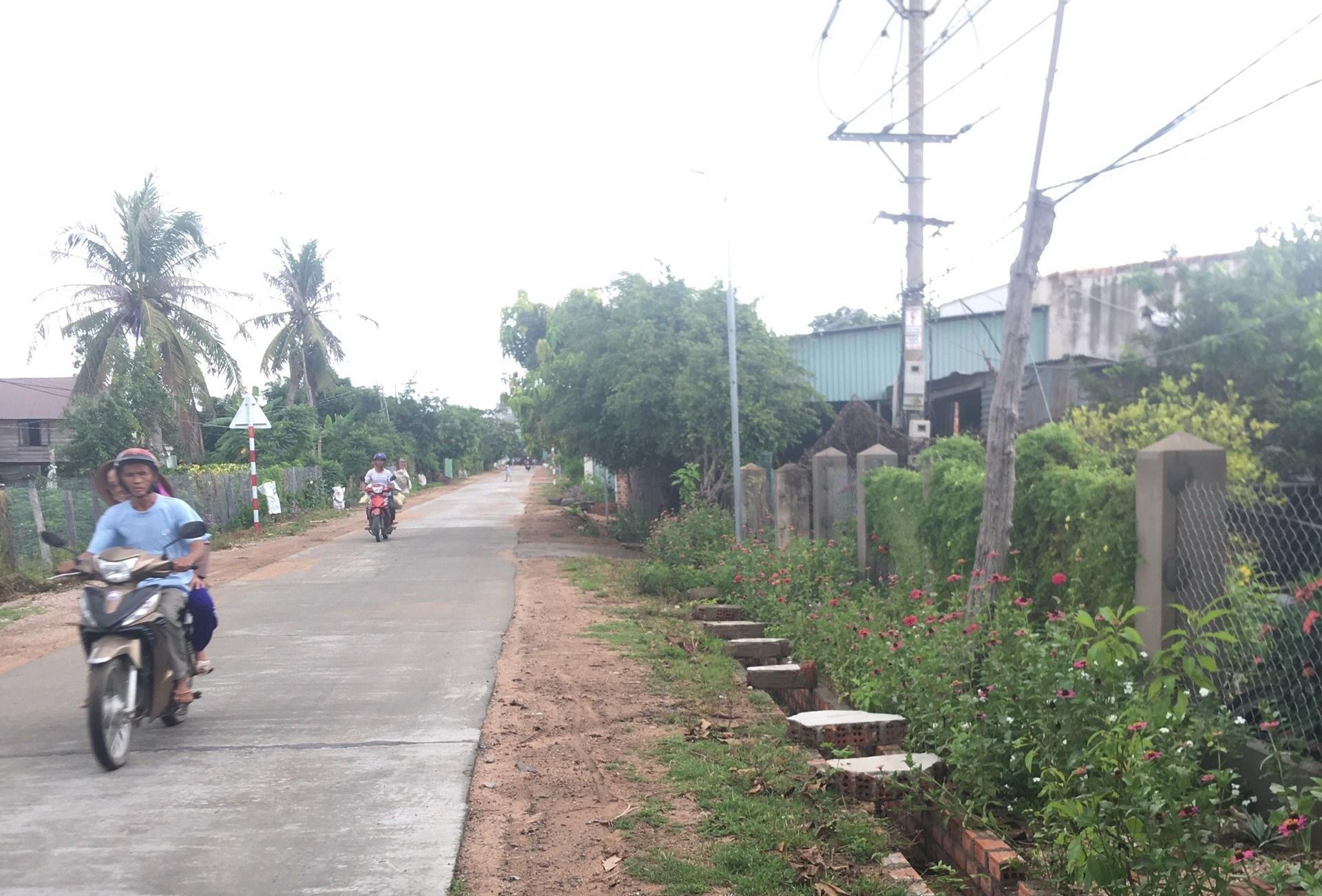 Đường chính vào làng Sô Ma Lơng A, xã Chrôh Pơnan, huyện Phú Thiện.