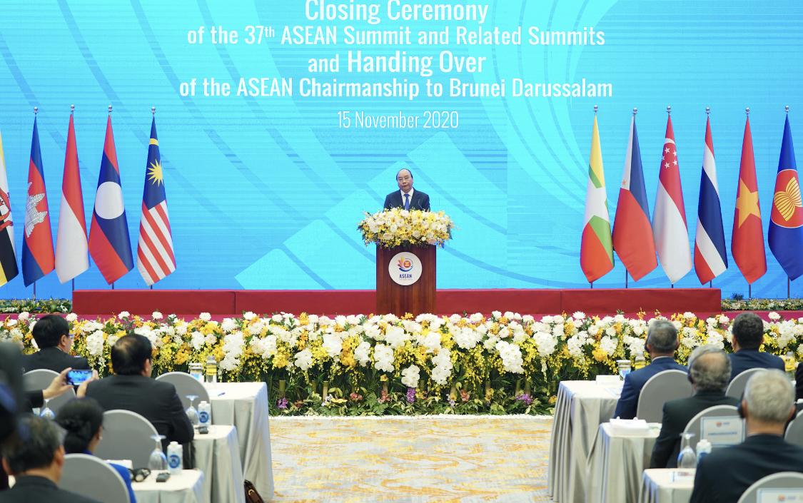 Thủ tướng Nguyễn Xuân Phúc-Chủ tịch ASEAN 2020-phát biểu tại lễ bế mạc Hội nghị Cấp cao ASEAN 37 và các hội nghị liên quan. Ảnh: VGP/Quang Hiếu
