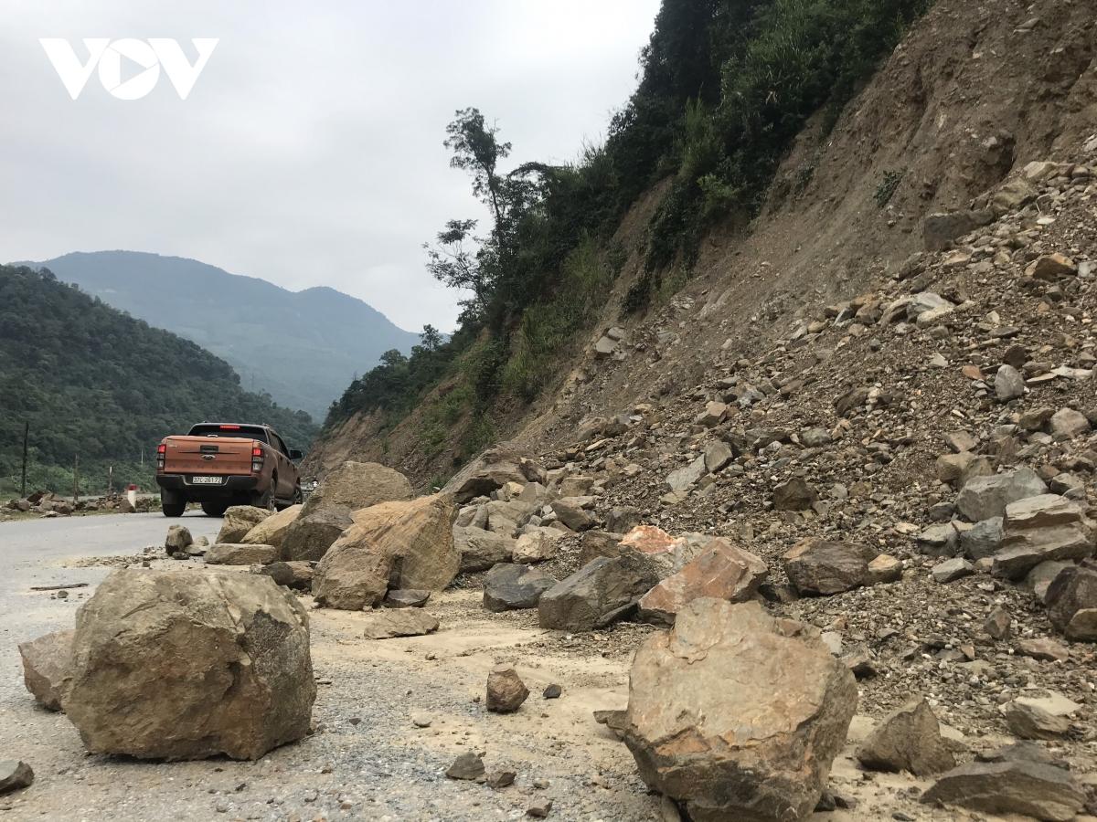 Những khối đá lớn từ triền núi độ bộ xuống lòng đường vô cùng nguy hiểm.